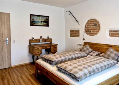 Geschmackvoll eingerichtetes Ferienzimmer des Gasthofs zum Bergerwirt Buchbach