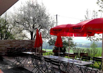 Biergarten des Gasthofs zum Bergerwirt in Buchbach aus einem anderen Blickwinkel